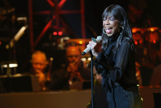 HOLLYWOOD, CA - MAY 14: Singer Natalie Cole performs onstage during the SeriousFun Children's Network 2015 Los Angeles Gala: An Evening Of SeriousFun celebrating the legacy of Paul Newman on May 14, 2015 in Hollywood, California.   Imeh Akpanudosen/Getty Images for SeriousFun Children's Network/AFP