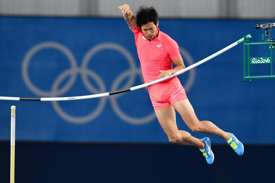 Japan's Hiroki Ogita competes in the Men's Pole Vault Qualifying Round during the athletics event at the Rio 2016 Olympic Games at the Olympic Stadium in Rio de Janeiro on August 13, 2016.   / AFP PHOTO / FRANCK FIFE
