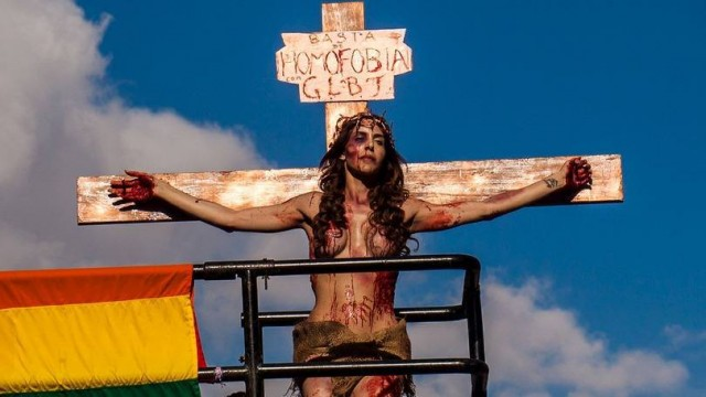 travesti crucificado